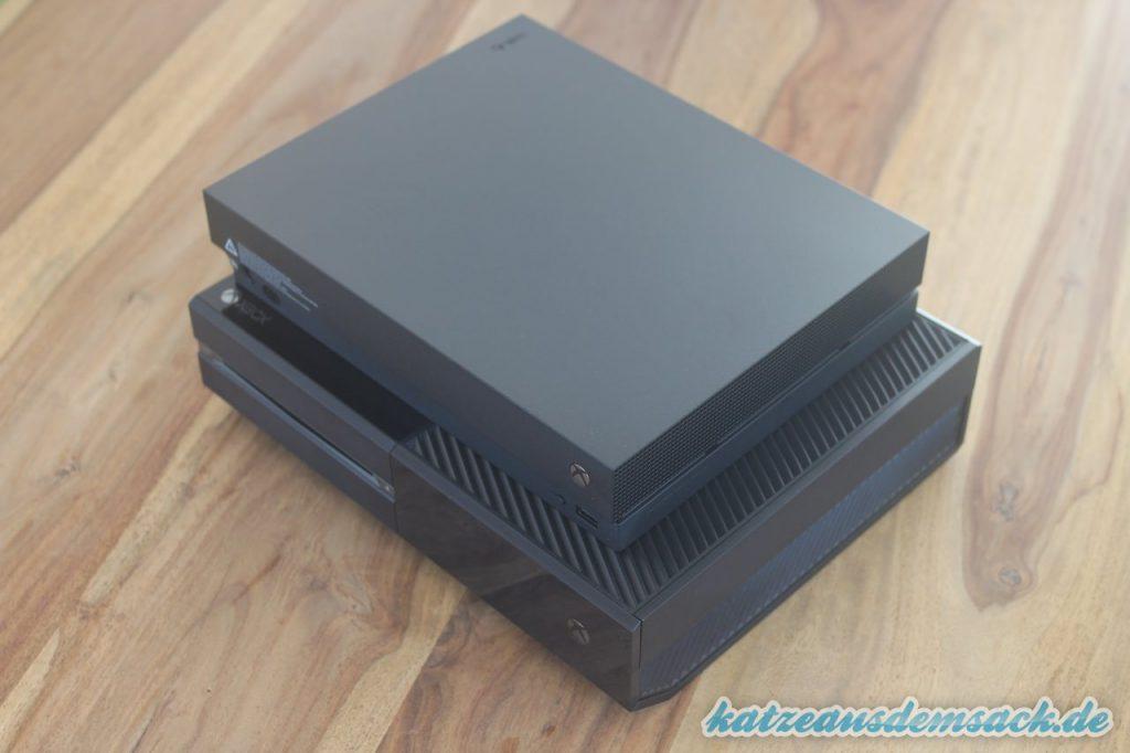 Xbox One X - Größenvergleich mit Xbox One Day One